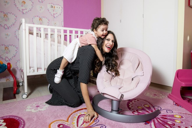 Janet De Nardis con la piccola Joy con un prodotto di Nuna Italia, linea per la quale sono testimonial. Foto di Dario Derosa