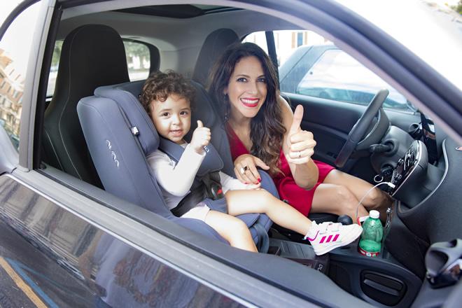 Janet De Nardis con la piccola Joy in auto con un prodotto di Nuna Italia, linea per la quale sono testimonial. Foto di Dario Derosa