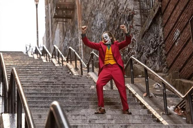 Joaquin Phoenix in una scena chiave di Joker. Foto dal Web.