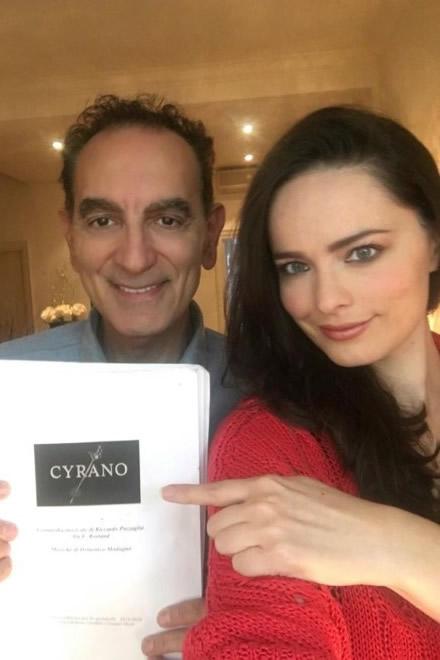Gennaro Cannavacciuolo e Cosima Coppola, mostrano il copione di Cyrano. Foto da Facebook