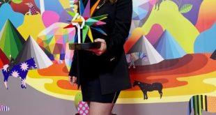 Laura Pausini con il Premio Los40 Music Awards