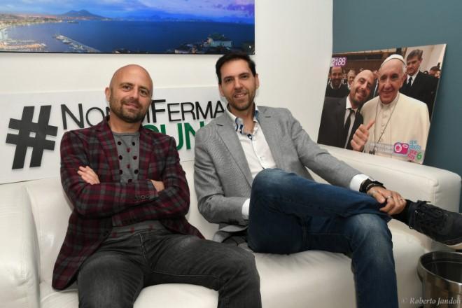 Luca Abete intervistato da Francesco Russo. Alle spalle la foto con Papa Francesco