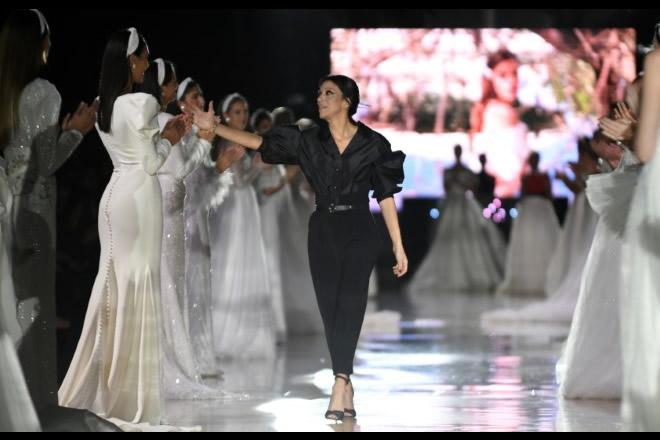Mikela C emozionata a fine sfilata con le sue modelle