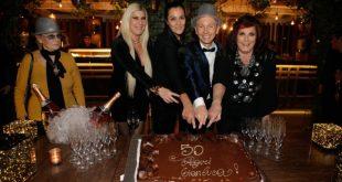 Gianluca Mech con la torta di compleanno insieme a Roberta Capua e le De Blank
