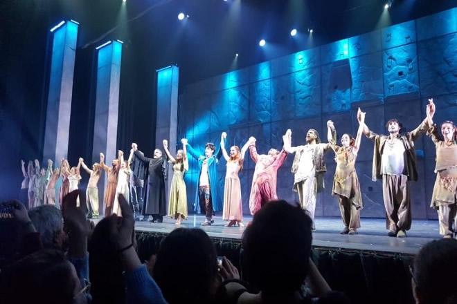 I saluti del cast di Notre Dame de Paris al Palapartenope di Napoli. Foto di Giancarlo Cantone