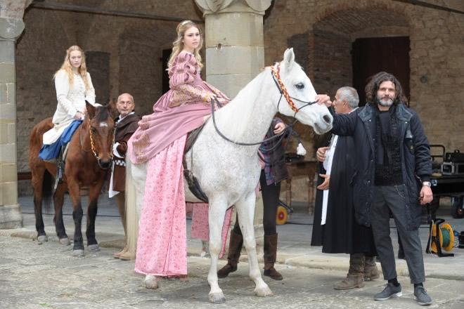 Jasmine Carrisi e Lorenzo Raveggi sul set di La Dama e l'Ermellino. Foto di Roberto Brandi