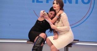 Le lacrime di Eliana Michelazzo tra le braccia di Manila Gorio a Il Punto
