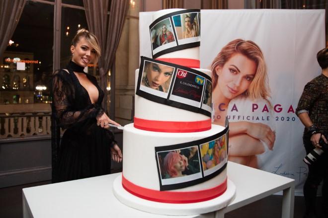 Ludovica Pagani taglia la torna alla festa di presentazione del suo Calendario 2020
