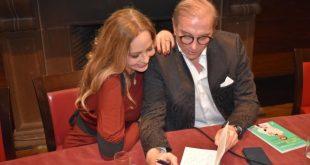 Ornella Muti con il prof. Silvio Smeraglia durante la presentazione di Il bisturi della Felicità a Roma