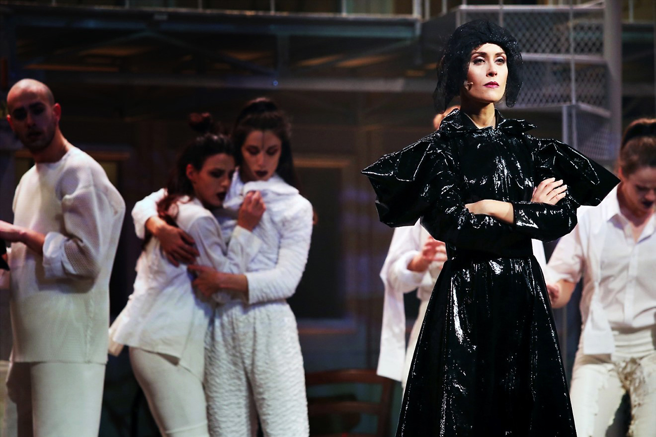 Fatima Trotta in scena. Foto di Francesco Fiengo