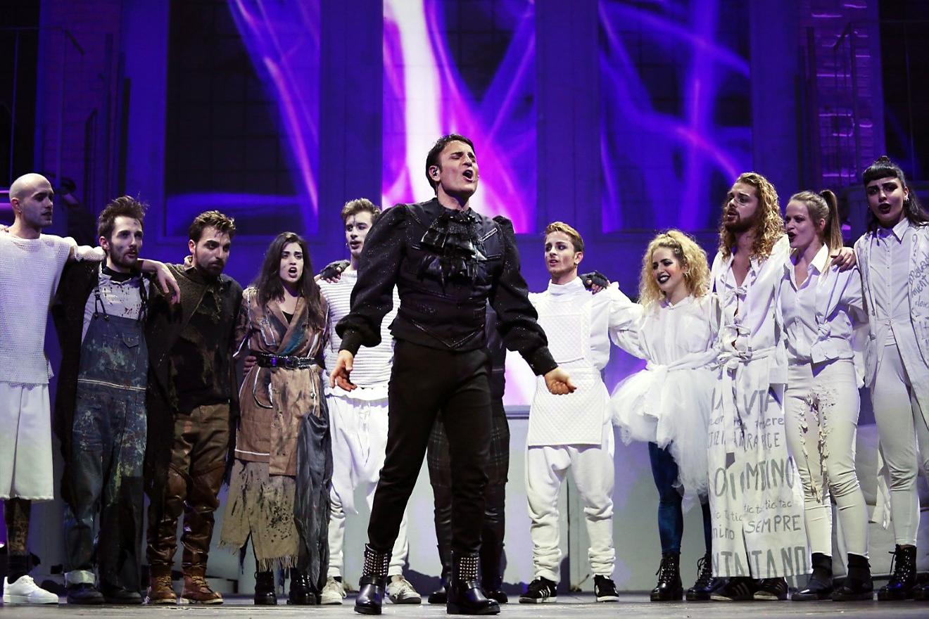 Sal Da Vinci con il cast di acrobati e ballerini de La Fabbrica dei Sogni. Foto di Francesco Fiengo