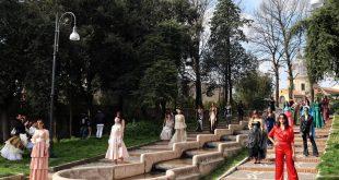 Le 24 modelle sulla scalinata della fontana piccola