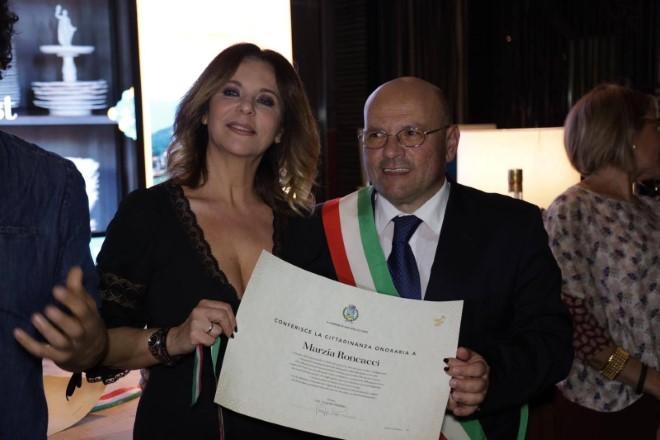 Marzia Roncacci riceve la cittadinanza onoraria a San Vito lo Capo
