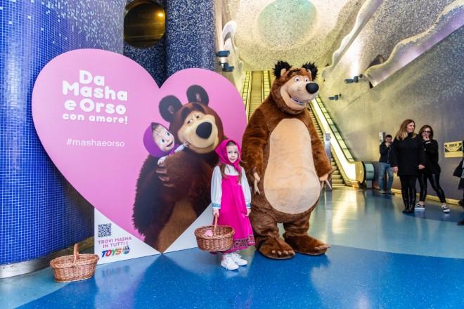 Masha e Orso alla stazione Toledo di Napoli