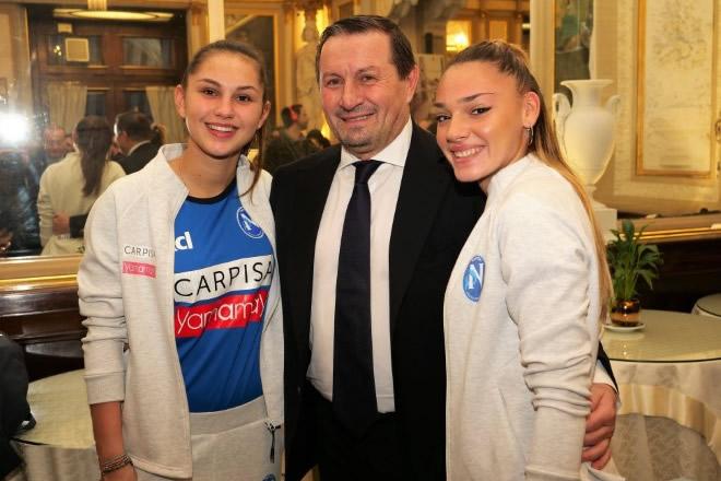 Raffaele Carlino con due calciatrici della Napoli femminile Carpisa Yamamay. Foto di Umberto Raia