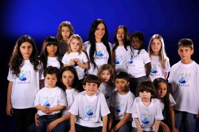 Benedetta Paravia con i bimbi dell'associazione Angels