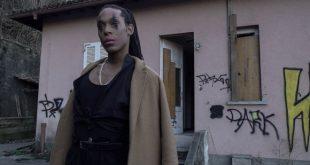 Leonardo Monteiro in una scena del video La tua maglietta. Foto di Dario De Luca