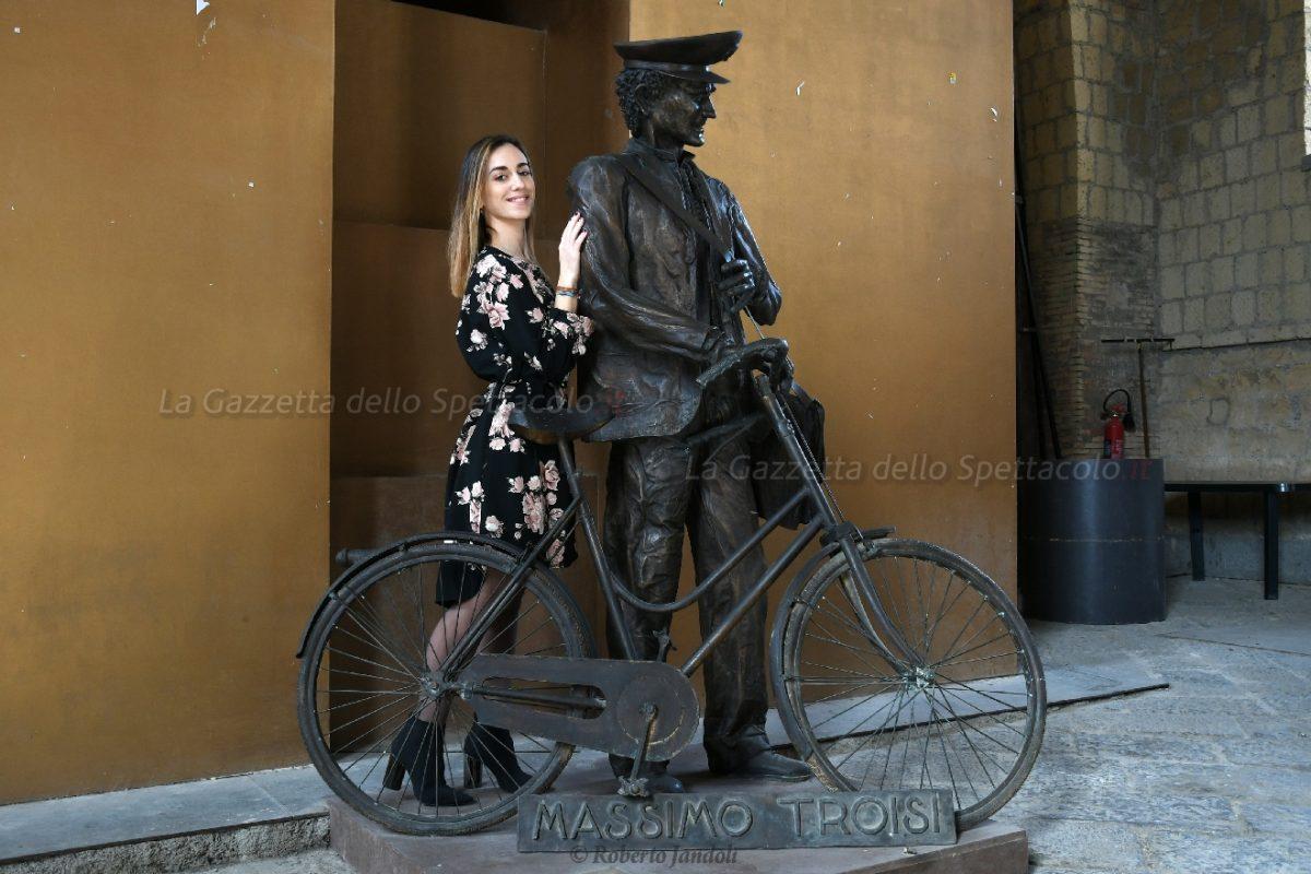 Un artista da imitare. In posa con la statua di Massimo Troisi ne Il Postino
