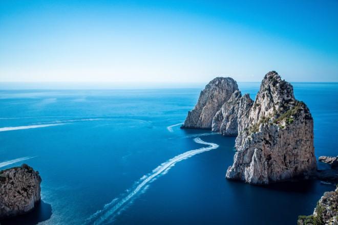 I faraglioni di Capri, tra le location dell'iniziativa UnMareDiBene. Foto dal Web