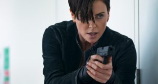Charlize Theron in una scena di The Old Guard. Foto da Amy Spinks per Netflix