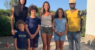 Claudia Conte con Stephane Ahidjo e il resto del cast sul set di S.O.S.