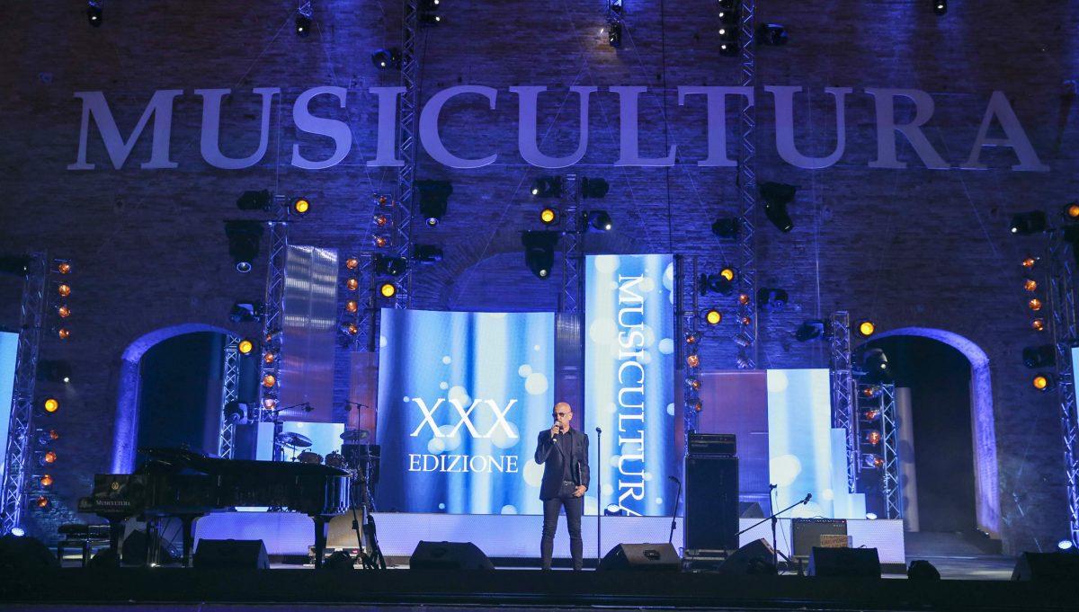 Enrico Ruggeri conduce Musicultura nel 2019. Immagini di repertorio