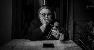 Foto ritratto di Guillermo del Toro con Pinocchio. Foto di mandraketheblack.de