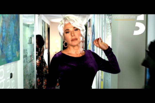 Barbara d'Urso interpreta Miranda Priestly de Il diavolo veste Prada