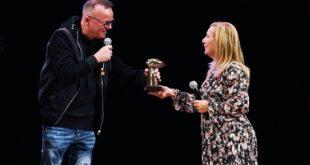 Gigi D'Alessio riceve il premio San Gennaro Day 2020 da Antonella Leardi