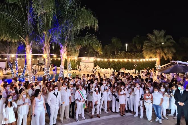 La folla di amici al Lobefalo Summer Party 2020. Foto da Facebook