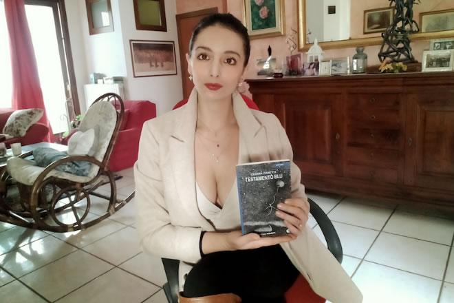 Chiara Zanetti con il libro Testamento Blu