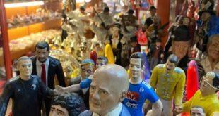 Alessandro Sallusti e Maradona tra le statuine di San Gregorio Armeno
