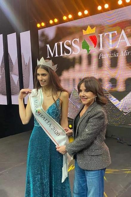 Patrizia Mirigliani mette la fascia a Martina Sambucini, Miss Italia 2020