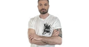 Simone Belli con la t-shirt da ambassador ActionAid Make-Up Not War