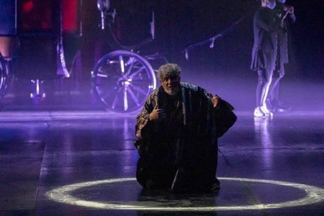 Edoardo Siravo in scena. Foto da Facebook