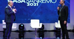 Vincenzo Russolillo e Amadeus sul palco di Casa Sanremo 2021 il giorno dell'inaugurazione