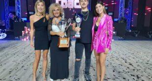 Federica Gili a The Coach durante la premiazione con Bianca Atzei